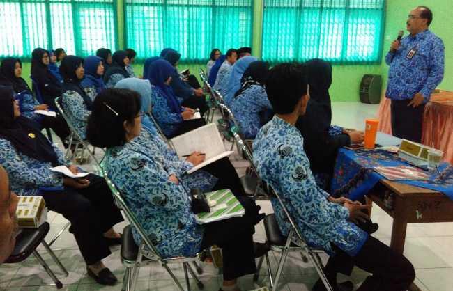 BERI MOTIVASI:Sekda Banyumas Wahyu Budi Saptono (berdiri) memberikan motivasi kepada para guru dan karyawan SMP 5 Purwokerto, Kamis (17/10).(SM/Budi Setyawan-37)