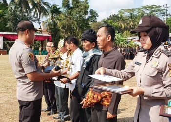 POS KAMLING TERBAIK : Kapolres Purbalingga AKBP Kholilur menyerahkan penghargaan kepada tiga pos kamling terbaik. (SM/Ryan Rachman)