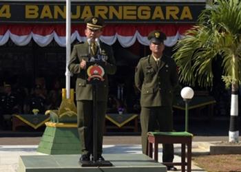 BACAKAN AMANAT: Kasdim 0704/Banjarnegara Mayor Inf Yuli Setiyono membacakan amanat Panglima TNI pada Upacara HUT ke-74 TNI di halaman Makodim Banjarnegara, Sabtu (5/10). (SM/Castro Suwito-37)