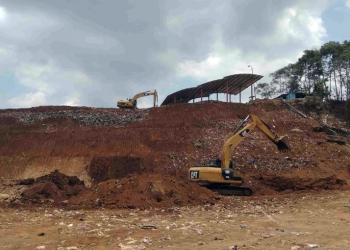 PROYEK TPA: Kendaraan berat tengah mengerjakan proyek sanitary landfill TPA Sampah Kalipancur di Desa Bedagas, Kecamatan Pengadegan, Sabtu (5/10). (SM/Ryan Rachman-37)