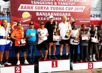 FOTO BERSAMA: Seluruh juara kategori ganda perorangan Open Tournament Tenis Lapangan Yangkung Yangyut Bank Surya Yudha Cup 2019 berfoto bersama usai penyerahan trofi, Minggu (6/10). (SM/Castro Suwito-37)