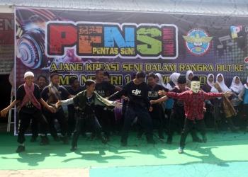 PENTAS SENI:Salah satu penampilan peserta lomba pentas seni dalam rangka HUT ke 71 SMP 1 Purwokerto, Senin (30/9).(SM/Budi Setyawan-37)