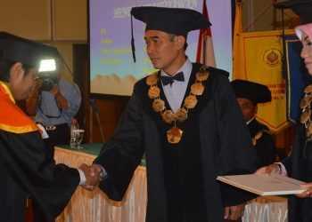 UCAPAN SELAMAT:Ketua STT Wiworotomo Purwokerto, Tris Sugiarto SPd, ST, MT memberikan ucapan selamat kepada salah satu wisudawan dalam acara wisuda tahun lalu.(SM/dok)