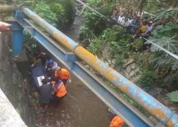 ANGKAT MAYAT: Tim gabungan mengevakuasi mayat yang ditemukan di Pekuncen dibawa ke RSUD Margono Soekarjo, Purwokerto menggunakan ambulans PMI Banyumas untuk kepentingan penyelidikan Sabtu (23/11) siang.