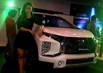PAMERKAN PRODUK:  Sales promotion girl memamerkan produk terbaru Mitsubishi Xpander Cross di Showroom Sun Star Motor Jalan Jenderal Soedirman Nomor 833 Berkoh Purwokerto, Sabtu (16/11) petang. (37) (SM/M Abdul Rohman)
