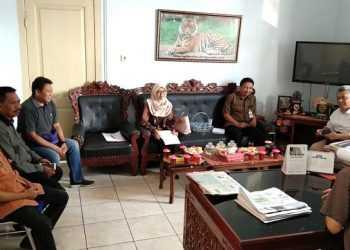 RAPAT AKHIR: Tim juri bersama anggota TPKAD Kabupaten Banyumas dan OJK Purwokerto mengadakan rapat akhir penilaian lomba jurnalistik tentang peran lembaga keuangan berantas bank plecit, Kamis (14/11) di Purwokerto. (20) (SM/Sigit Oediarto)
