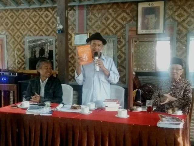 SAMPAIKAN ORASI BUDAYA: Budayawan Ahmad Tohari menyampaikan orasi budaya dalam Sarahsehan Sastra di Rumah Sastra Ahmad Tohari di Karang Penginyongan, Cilongok, Sabtu (23/11) siang.
