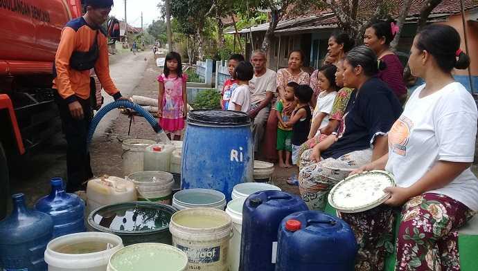 TERIMA BANTUAN: Warga Dusun Gunungtelu, Desa Gunungtelu, Kecamatan Karangpucung, Kabupaten Cilacap menerima bantuan air bersih dari BPBD bersama pihak terkait, Senin (4/5). (52) (SM/Teguh Hidayat Akbar)