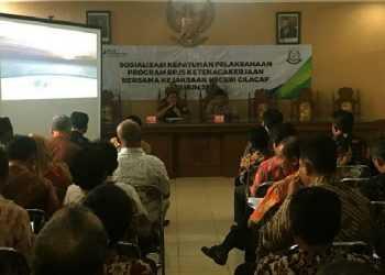 SOSIALISASI: Para perangkat desa di Kabupaten Cilacap sedang mengikuti sosialisasi kepatuhan pelaksanaan Program BPJS Ketenagakerjaan yang diselenggarakan di Kantor Kejaksaan Negeri cilacap. (SM/Agus Sukaryanto)