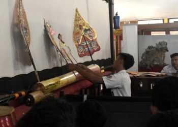 """MEMAINKAN WAYANG: Salah satu siswa peserta """"Belajar Wayang Bersama Siswa Pedalangan"""", memainkan wayang di Museum Wayang Sendang Mas, Banyumas belum lama ini. (SM/dok)"""
