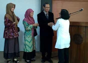UCAPAN SELAMAT: Dosen Biologi Drs Juwarno MP (jas hitam) menerima ucapan selamat usai dinyatakan lulus ujian doktoral, di ruang sidang Fakultas Biologi Unsoed, Selasa (5/11). (SM/dok)