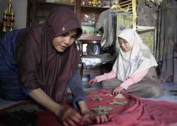 MEMBUAT ECOPRINT: Pupung Pursita membuat kain ecoprint di rumah olah tangan Kelurahan Pasirmuncang Kecamatan Purwokerto Barat Kabupaten Banyumas, Selasa (19/11).(SM/Dian Aprilianingrum-37)