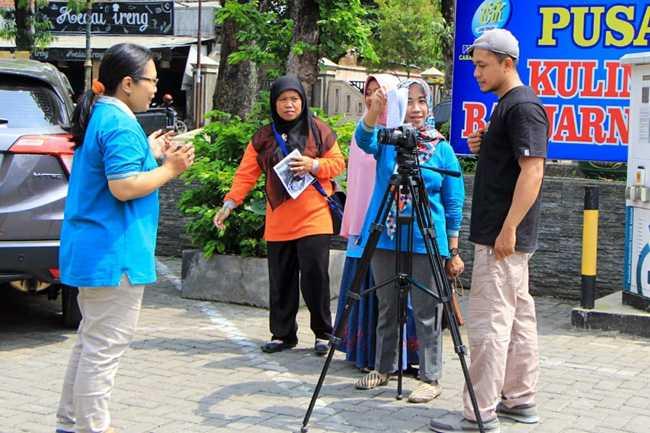 PRAKTIK PRODUKSI FILM: Sejumlah guru pendamping ekstrakurikuler film di SMP mengikuti pelatihan produksi film yang diselenggarakan oleh Pegiat Film Pelajar (Pijar), baru-baru ini. (SM/Castro Suwito-60)