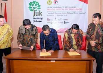 TANDATANGAN: (dari kanan) Wakil Rektor III Unsoed, Kuat Puji Prayitno, Dekan FEB, Suliyanto, Vice President Head of Market Development BEI, Dedy Priadi, Head of Representative Office BEI Yogyakarta, Irfan Noor Riza, dan Head of Equity Retail & Online Trading MNC Sekuritas Afen Tjhong menandatangani perjanjian kerjasama galeri investasi di Laboratorium Terpadu FEB Unsoed, Rabu (13/11). (SM/dok)