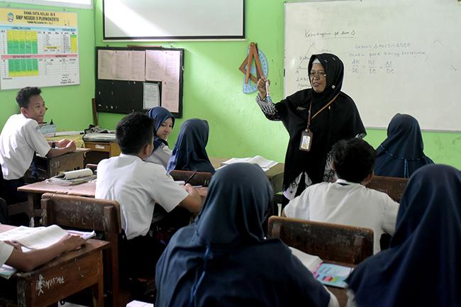 MENGAJAR: Seorang guru tengah mengajar di salah satu sekolah di Banyumas, baru-baru ini. (SM/Dian Aprilianingrum)