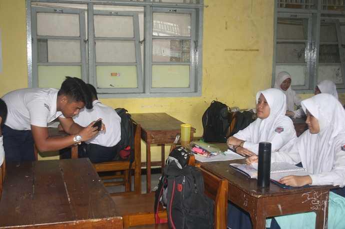 BUAT VIDEO PENDEK: Sejumlah siswa SMP 1 Purwokerto melakukan proses pembuatan video pendek, dalam rangka memeringati Hari Guru, kemarin. (37) (SM/Budi Setyawan)