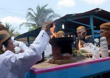 MENCUCI PUSAKA: Pemuka adat melakukan prosesi pencucian pusaka di Desa Kalisalak, Kebasen, Senin (11/11). (SM/Dian Aprilianingrum-37)