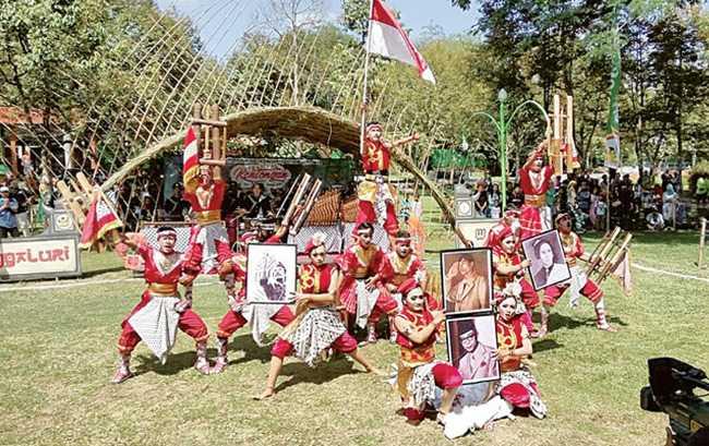 BERATRAKSI: Salah satu peserta beratraksi pada Festival Kentongan di Sanggaluri Park Purbalingga, baru-baru ini. (SM/Arief Nugroho-37)
