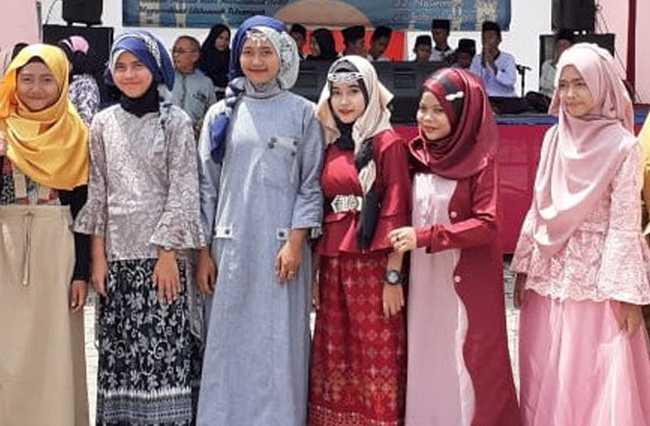 KREASI HIJAB: Sejumlah peserta yang tampil dalam lomba kreasi hijab di SMP 1 Kesugihan Cilacap, Jumat (22/11).(SM/dok)
