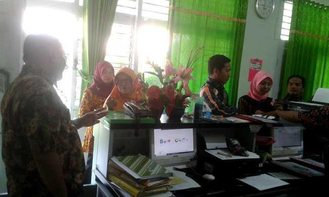 PEMBERKASAN: Sejumlah guru pendidikan agama Islam non PNS di Kabupaten Banyumas yang belum menerima tunjangan sertifikasi melakukan  pemberkasan di Kantor Kemenag Banyumas, Kamis (28/11). (SM/Budi Setyawan-20)