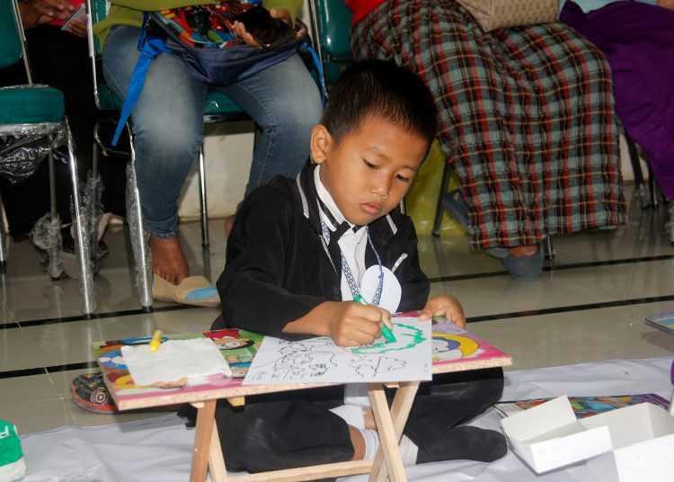 MEWARNAI: Salah seorang peserta, Kadek dari TK Pertiwi Depok sedang mewarnai pola yang disediakan oleh panitia Lomba Mewarnai GOPTKI. Dalam lomba ini, Kadek berhasil menjadi juara untuk kategori putra.(SM/dok)