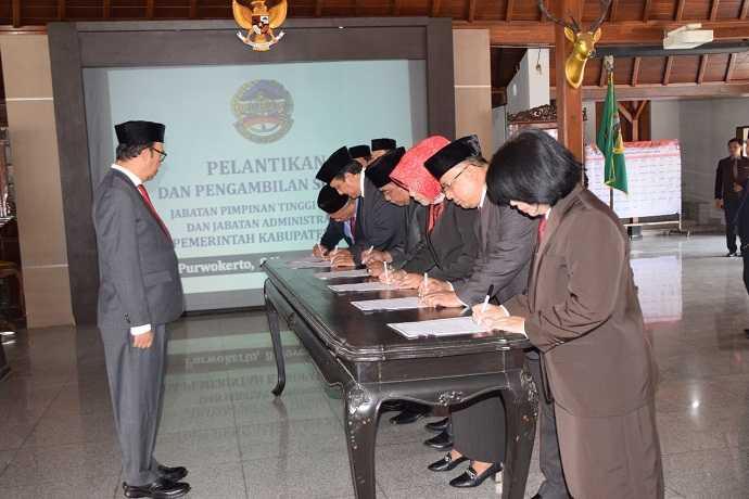 JABATAN BARU : Enam pejabat di lingkungan Pemkab Banyums menandatangani posisi jabatan baru dihadapan Bupati Achmad Husein, di Penapa Sipanji Purwokerto, Jumat (8/11). (20) (SM/Agus Wahyudi)