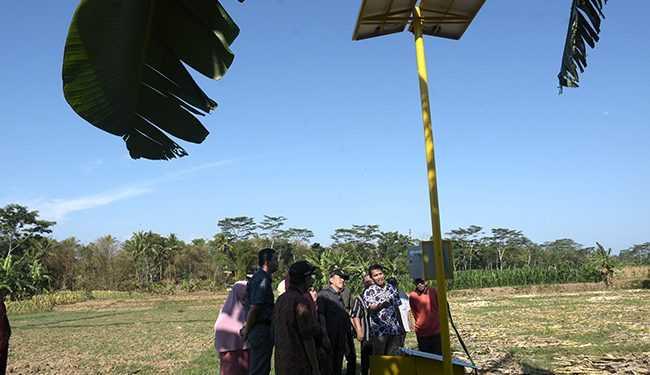MENYALAKAN INSTALASI: Teknisi menyalakan instalasi listrik bertenaga surya yang memompa air Sungai Serayu untuk mengairi tanaman warga di Desa Wlahar Wetan, Kecamatan Kalibagor, Banyumas, Kamis (7/11). (SM/Dian Aprilianingrum-20)