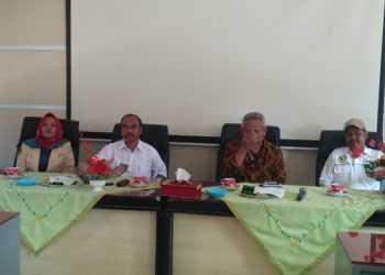 KUNJUNGAN : Kepala Dinsospermades Banyumas Kartiman (dua dari kiri) saat menerima kunjungan rombongan Dinas Sosial Kota Tasikmalaya, beberapa waktu lalu. (SM/dok)