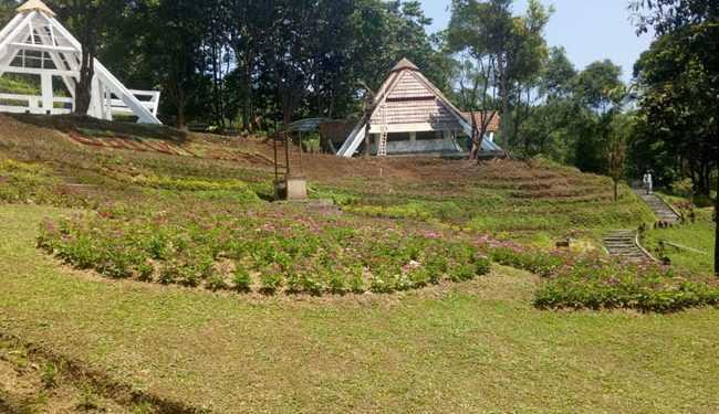 TAMPAK LENGANG: Suasana Taman Kupu-kupu di komplek Lokawisata Baturraden, Banyumas yang masih tampak lengang karena belum dibuka untuk umum, Kamis (7/11). (SM/Nugroho PS-37)