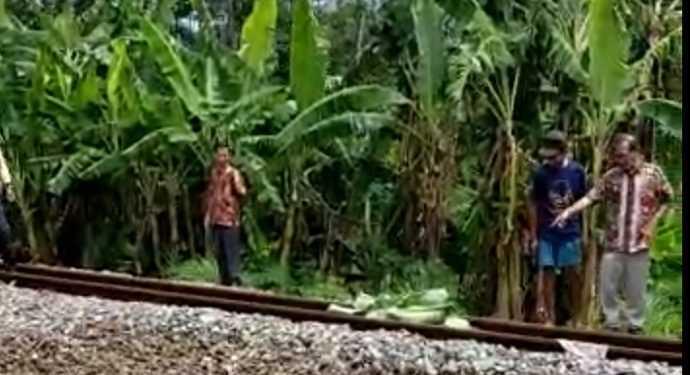 EVAKUASI KORBAN: Warga Desa Kranggan, Kecamatan Pekuncen akan mengevakuasi korban tewas tertabrak kereta api di lokasi setempat, Selasa (26/11).
