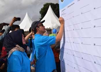 KOMITMEN ZERO THALASEMIA: Bupati Banyumas Achmad Husein mengawali tanda tangan komitmen bersama untuk bisa mewujudkan tahun 2023 zero dari thalasemia, di Alun-alun Purwokerto, Minggu (17/11).(20) (SM/Agus Wahyudi)