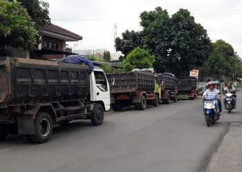 TRUK BANTUAN: Sejumlah truk bantuan hasil gotong royong anggota Fraksi PDI-P DPRD Banyumas antre menunggu pengangkutan sampah di TDU Arcawinangun, Senin (25/11). (37) (SM/Agus Wahyudi)