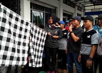 BERANGKATKAN JALAN SEHAT: Bupati Banyumas, Achmad Husein beserta isteri Erna Achmad Husein memberangkatkan peserta jalan sehat di SMK Muhammadiyah 1 Ajibarang, Minggu (15/12) pagi.