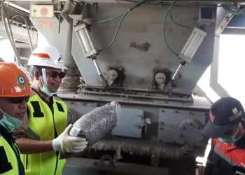 MASUKKAN SAMPAH PLASTIK: Bupati Achmad Husein (kacamata hitam) akan memasukkan sampah plastik cacah ke dalam mesin AMP di PT Putra Wirasaba Asli (PWA), Wangon. (SM/Agus Wahyudi -20)