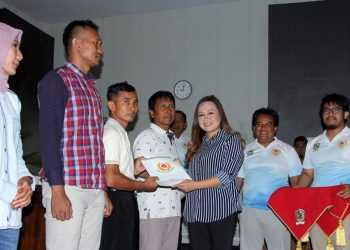 SERAHKAN PENGHARGAAN: Anggota DPR RI Lasmi Indaryani didampingi Ketua KONI Banjarnegara Nurohman menyerahkan sertifikat penghargaan kepada atlet dan pelatih berprestasi dalam berbagai kerjuaraan selama tahun 2019.(SM/Castro Suwito-52)
