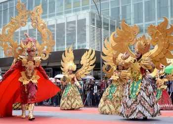 KREASI BATIK: Sejumlah peserta menampilkan kreasi batik pada ajang Banyumas Wera, belum lama ini. (SM/Dian Aprilianingrum-52)