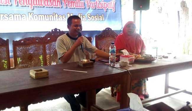 BERI PENJELASAN: Ketua Bawaslu Banjarnegara Sarno Wuragil memberikan penjelasan dalam sosialisasi pengawasan partisipatif yang diikuti pegiat media sosial.(SM/Castro Suwito-37)