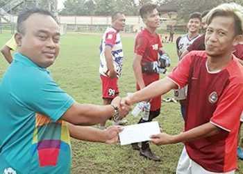 SERAHKAN BONUS : Sekretaris Umum Persibas Timbul Andi menyerahkan bonus diterima Triyanto, di sela-sela latihan, kemarin. (SM/dok)
