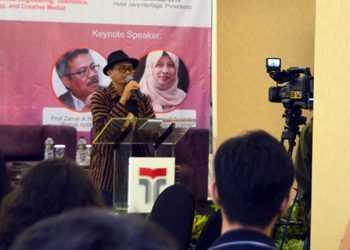 BERPIDATO: Rektor IT Telkom Purwokerto, Ali Rokhman (bertopi) berpidato saat membuka Seminar Nasional Towards Society 5.0 di Hotel Java Heritage, Purwokerto, Sabtu (30/11). (SM/dok)