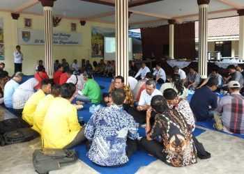 BERDISKUSI: Puluhan pelaku wisata dari berbagai elemen berdiskusi di sela Deklarasi Masyarakat Pariwisata Cilacap (MPC), di Pendapa Kecamatan Dayeuhluhur, Cilacap, Sabtu (7/12).(SM/dok)