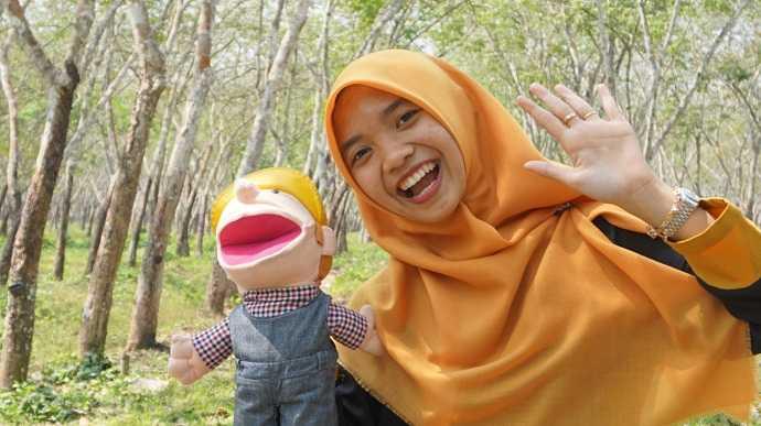 BERSAMA BONEKA : Ika Nurhanifah dengan boneka Vino.(60) (SM/dok)
