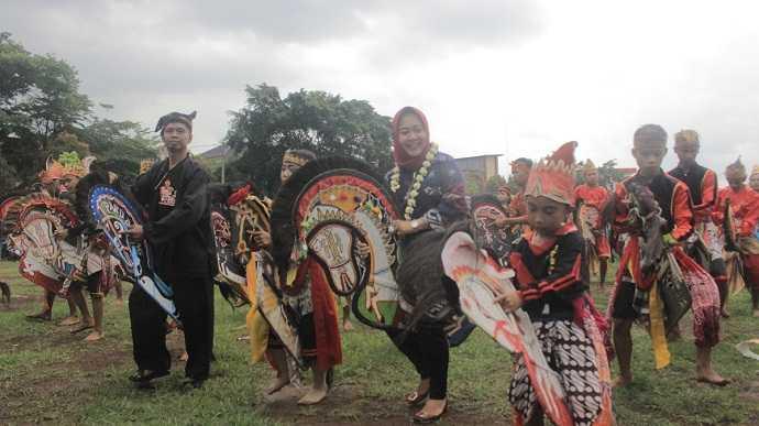 MENARI EBEG : Bupati Purbalingga, Dyah Hayuning Pratiwi turut menari ebeg bersama seratusan pelaku seni ebeg. (SM/dok)