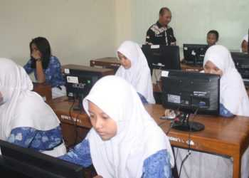 SIMULASI UN :Sejumlah peserta didik di salah satuSMPdi KabupatenBanyumas mengikuti kegiatan simulasi UN (Ujian Nasional).(20) (SM/Budi Setiawan)
