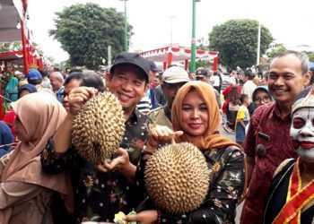 DURIAN BAWOR: Bupati Banyumas Achmad Husein bersama istri Erna Achmad Husein menunjukkan jenis Durian Bawor pada salah satu stan di Festival Durian Lokal, di Alun-alun Purwokerto, Sabtu (30/11) lalu. (SM/M Abdul Rohman-20)