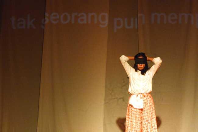 """TARI KONTEMPORER: Tari kontemporer menjadi suguhan kolaboratif pada pagelaran Wayang Jemblung dengan naskah """"Dialog Gandari"""", di Gedung Teater Taman Budaya Soetedja, Selasa (3/12). (SM/Nugroho PS)"""