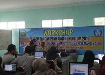 KEGIATAN WORKSHOP:Sejumlah guru dari berbagai sekolah di Kabupaten Banyumas mengikuti kegiatan workshop kurikulum 2013 di Kantor Dinas Pendidikan setempat.(SM/Budi Setyawan)