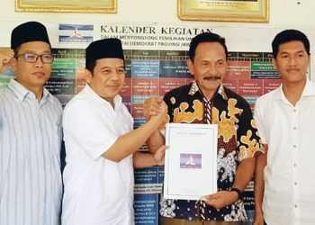 KOALISI PELANGI : Bakal calon bupati Purbalingga, Muhammad Sulhan Fauzi dan bakal cawabup Ken Ragil Turyono mendaftar ke Partai Demokrat yang masuk dalam koalisi pelangi, Senin (2/12). (SM/dok)
