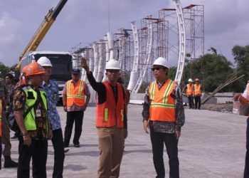 TINJAU JEMBATAN TESDA :Bupati Achmad Husein beserta rombongan didampingi Kepala DPU, Irawadi, meninjau pembangunan Jembatan Tesda, penghubung jalan baru Gerilya-Jensoed Purwokerto, Rabu (4/12). (52) (SM/Agus Wahyudi)