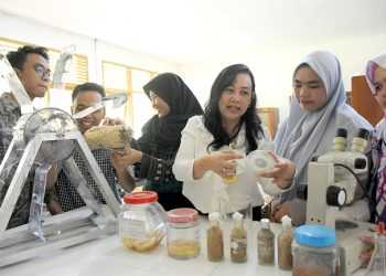 MEMERAGAKAN ALAT: Peneliti dan dosen Fakultas Biologi Unsoed Ratna Stia Dewi (kedua kanan) membimbing sejumah mahasiswa memeragakan alat penyebar jamur sebagai pembersih air limbah pewarna batik, di laboratorium mikologi Fakultas Biologi Universitas Jendral Soedirman (Unsoed), Purwokerto, Banyumas, Selasa (10/12).(SM/Dian Aprilianingrum-60)