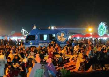 PADAT PENONTON: Penonton memadati pemutaran film Mobil Bioskop Keliling di Lapangan Krida Loka Sampang, Sabtu (28/12). (SM/dok)